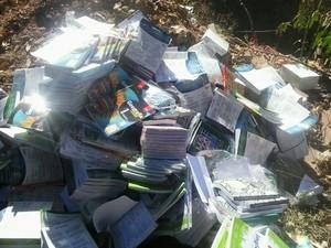 Livros didáticos são encontrados em Ribeirão das Neves (Foto: Polícia Militar / Divulgação)