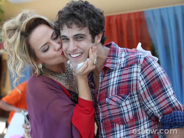Vivianne interpreta Shirley e beija o filho favorito (Foto: Inácio Moraes / TV Globo)