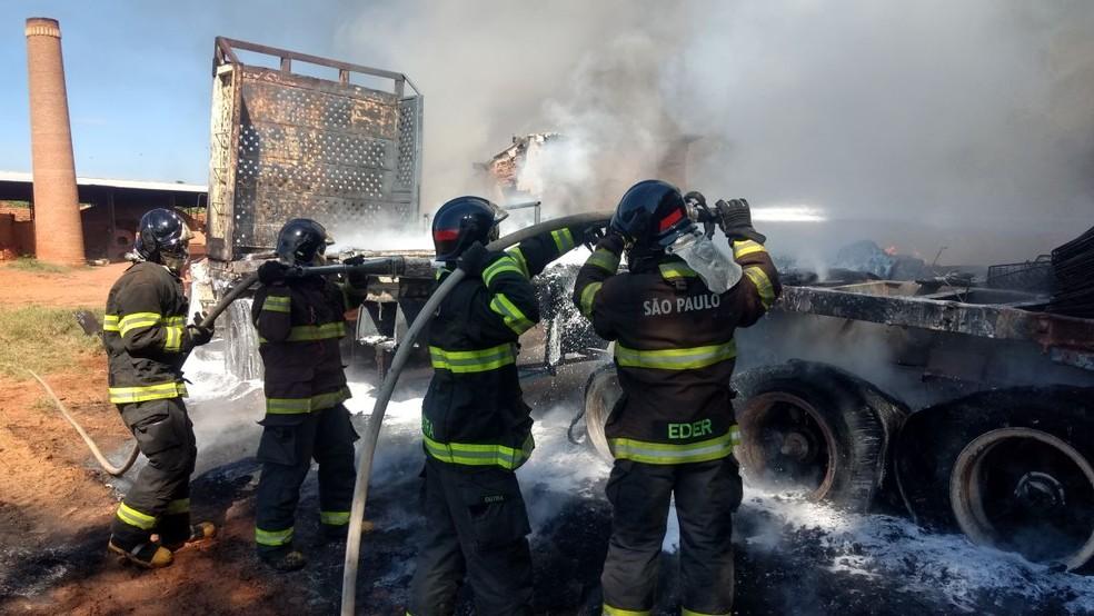 Veículo estava estacionado em uma olaria, em Presidente Venceslau (Foto: Corpo de Bombeiros/Cedida)