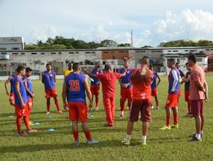 Técnico Zezito conversa com jogadores antes do início do coletivo no CT José de Melo (Foto: Duaine Rodrigues)