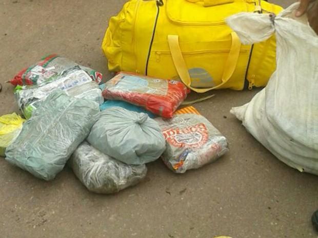 Droga apreendida pela polícia estava escondida dentro de uma bolsa de viagem (Foto: Reprodução/TV Mirante)