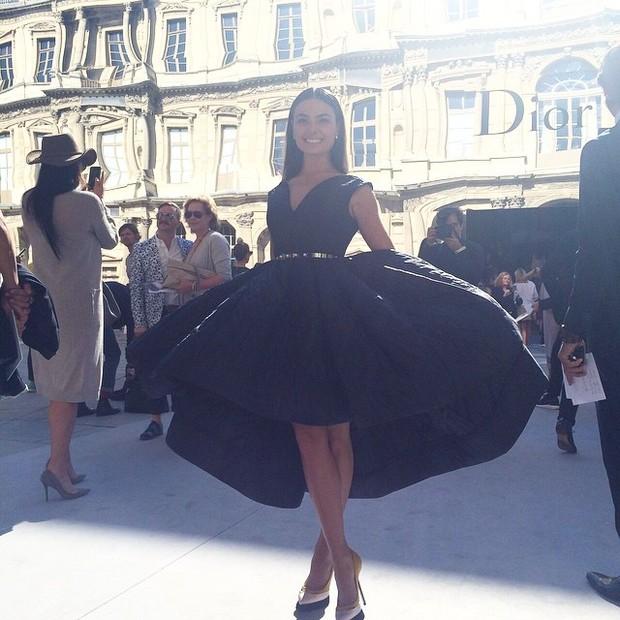 Isis Valverde no desfile da Dior em Paris (Foto: Instagram)