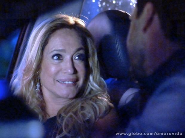Sem perceber o filho, Pilar é só encantos para o médico (Foto: Amor à Vida / TV Globo)
