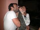 Alessandra Ambrósio assiste a queima de fogos com a filha e o marido