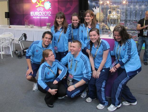 voluntários Taça da Eurocopa   (Foto: Marcos Felipe/GLOBOESPORTE.COM)