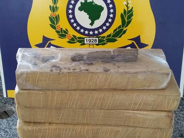 PRF apreende 5 kg de maconha em mochila de passageiro de mototáxi (Foto: PRF/Divulgação)