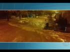 Veículo é arrastado por enxurrada em avenida em Ituiutaba; veja imagens