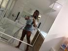 Nicole Bahls posa de shortinho e exibe corpão em frente ao espelho