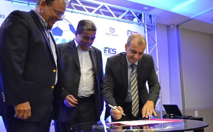 Momento do recolhimento das assinaturas do contrato oficial do Campeonato Capixaba 2015 (Foto: João Brito/GloboEsporte.com)