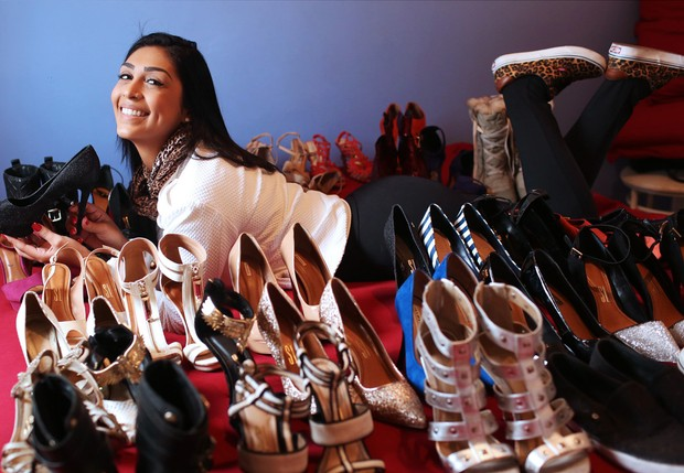 Apaixonada por sapatos, ax-BBB Amanda Djehdian mostra alguns dos modelos de  sua coleção 1799e6375a