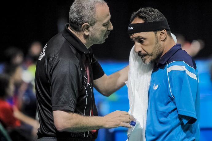 Descrição da imagem: Ibrahim Hamadtou tem seu suor secado pelo treinador Hossameldin El Shourbry no intervalo da partida (Foto: ITTF)