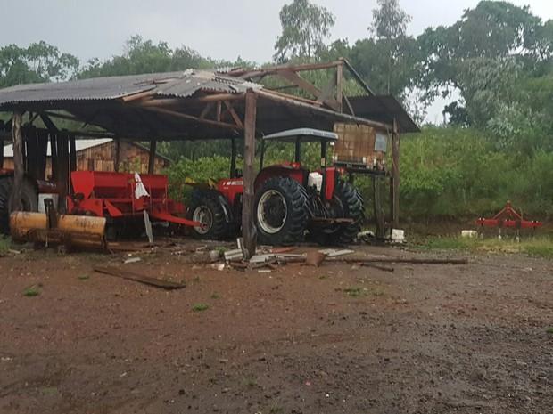 Cuuva com ventos fortes destelhou barracão de propriedade rural de Ivaí. (Foto: Anderson Rebinski/Arquivo Pessoal)