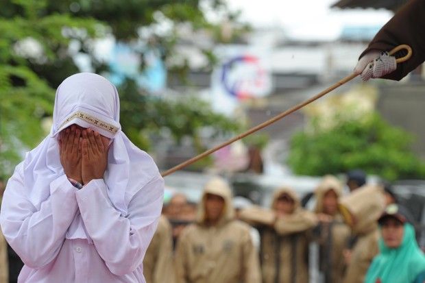 Ao todo, sete casais que flagrados juntos fora do casamento foram condenados a chibatadas com base nas estritas leis islâmicas locais (Foto: Chaideer Mahyuddin/AFP)