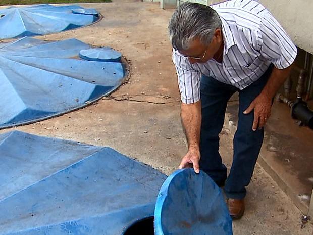 Empresário de Araraquara reaproveita água e diz que economiza até R$ 2 mil por mês (Foto: Reginaldo Santos/EPTV)