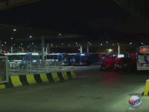 Motorista fecham saídas de terminal em Campinas (Foto: Reprodução/EPTV)