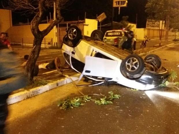 Carro de assaltantes capotou na Avenida Ininga (Foto: Divulgação/PM)