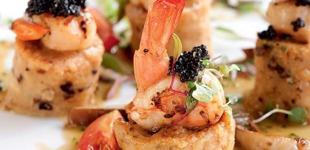 Nhoque de semolina com ameixas, vieiras, camarões e caviar  (Foto:  )