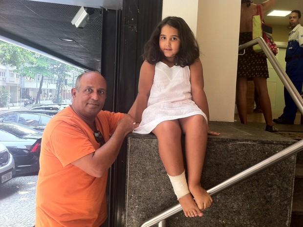 Menina ferida por queda de janela em Copacabana feriu o pé (Foto: Priscilla Souza / G1)