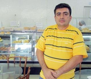O gerente de padaria José Sabóia sempre gosta de se informar antes de sair de casa (Foto: André Santos/TV Clube)