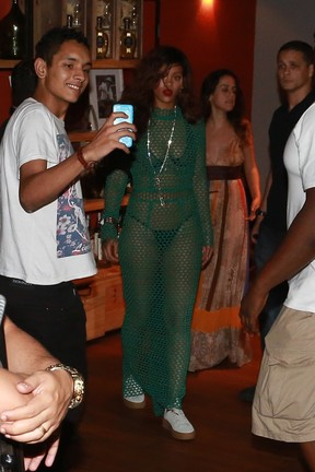 Rihanna saindo de churrascaria (Foto: Dilson Silva e Delson Silva/AgNews)