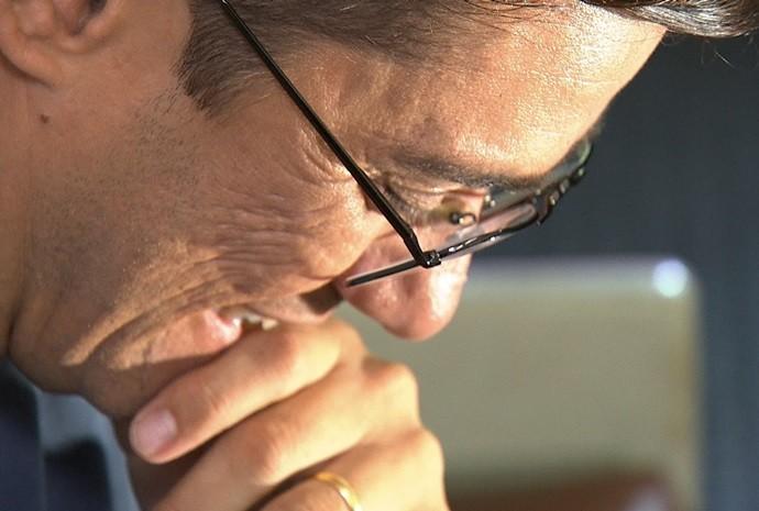 Marcão se emocionou na hora de conferir a homenagem (Foto: Reprodução / TV TEM)