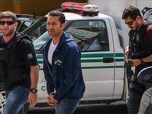 O empresário Fernando Antonio Falcão Soares, o Fernando Baiano, chega ao Instituto Médico Legal (IML) de Curitiba(PR), onde o fará exame de corpo de delito (19-11-2014) (Foto: Geraldo Bubniak/AGB/Estadão Conteúdo)