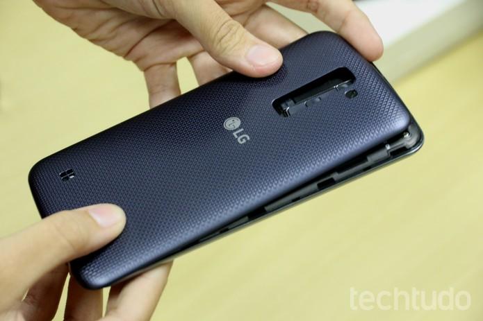 Recoloque a tampa traseira do LG K10 (Foto: Anna Kellen Bull/TechTudo)