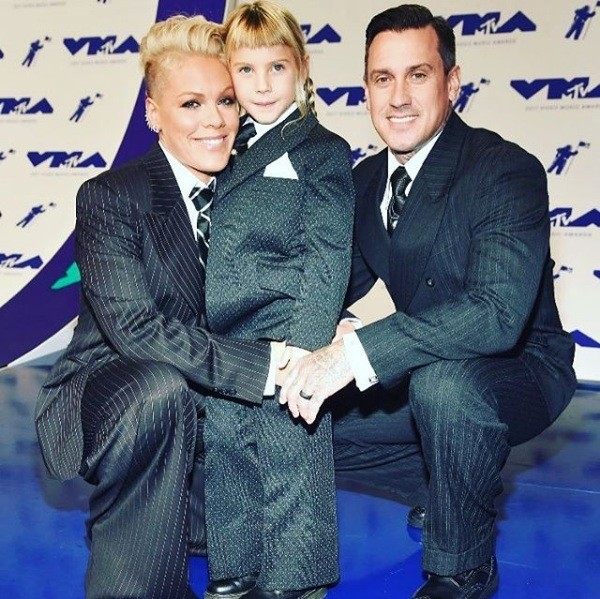Pink, o marido Carey e a filha Willow (Foto: Instagram)