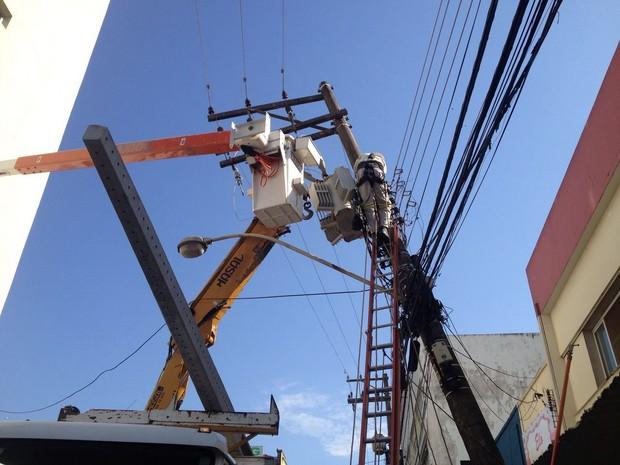 Funcionários da Energisa trabalharam na troca do poste (Foto: Wellington Roberto/G1)