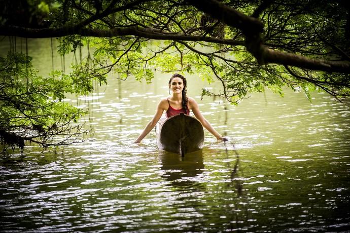 Isabelle Drummond sorri depois de gravar cena em que surge encharcada em canoa (Foto: João Miguel Júnior/TV Globo)