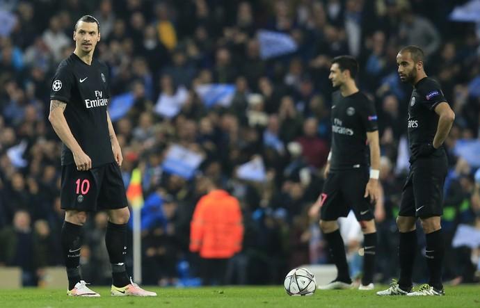 Ibrahimovic e Lucas no reinício de jogo na derrota do Paris Saint-Germain para o Manchester City (Foto: AP Photo/ Jon Super)