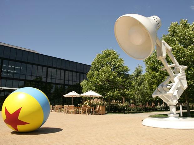 Escultura gigante da lâmpada que o símbolo da Pixar fica na sede da produtora, em Emeryville, na Califórnia (Foto: Divulgação)