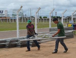 Arquibancadas móveis e camarotes começam a ser montados para jogo no Portal da Amazônia (Foto: Jonatas Boni)