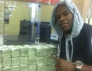Mayweather com dinheiro (Foto: Divulgação/Twitter)