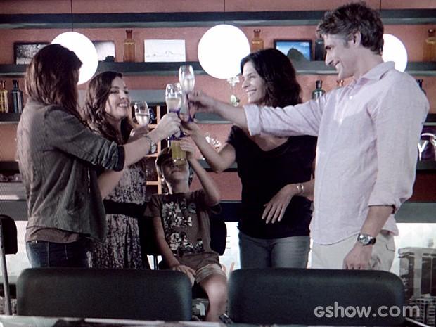 Cadu, Verônica, Clara, Marina e Vitor comemoram  (Foto: Em Família / TV Globo)