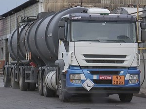 Caminhão apreendido estava com petróleo desviado da Petrobras (Foto: Reprodução/TVTEM)