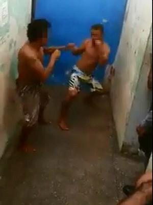 Vídeo registra briga entre dois homens em delegacia  (Foto: Reprodução)