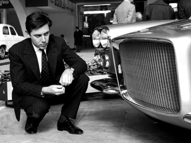 Sérgio Pininfarina ao lado de uma Ferrari, em 4 de abril de 1959 (Foto: AP Photo/Silvio Durante, Lapresse)