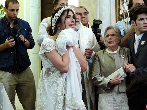 Cristal foge da igreja e se esconde após ser desmascarada por Alexia  (Foto: Divulgação/TV Globo)