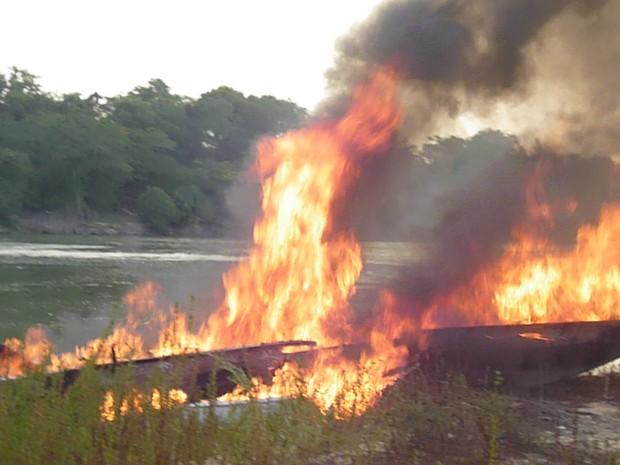 Ibama queima barcos contra pescaria ilegal em terra indígena em MT (Foto: Ibama de Barra do Garças)