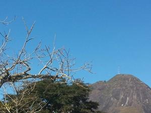 Céu claro e sol marcam a quinta-feira gelada em Nova Friburgo (Foto: Juliana Scarini / G1)