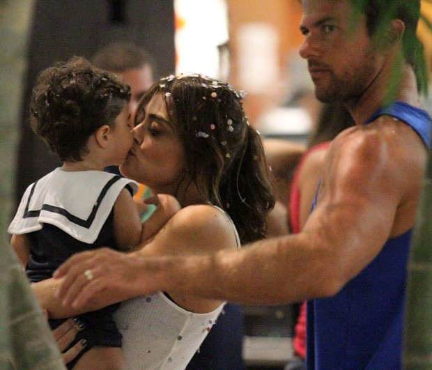 Juliana Paes com os filhos em bloco no Rio (Foto: Johnsson Parraguez/ Foto Rio News)