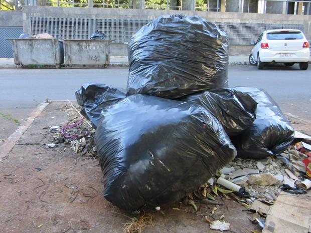 Na 503 Norte, a falta da coleta fez o lixo se acumular em contêiners e na calçada (Foto: Gustavo Schuabb/G1 DF)
