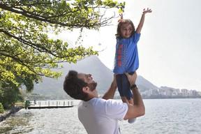 Mouhamed Harfouch posa com a filha (Foto: Isac Luz / EGO)