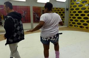 A atriz colou vários quadradinhos no shortinho (Foto: Domingão do Faustão / TV Globo)