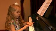 Alunos e professores de escola de música promovem audição de piano no Theatro Victória