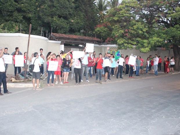 Manifestação se concentrou em frente à sede da Polícia Federal (Foto: Valdivan Veloso/G1)