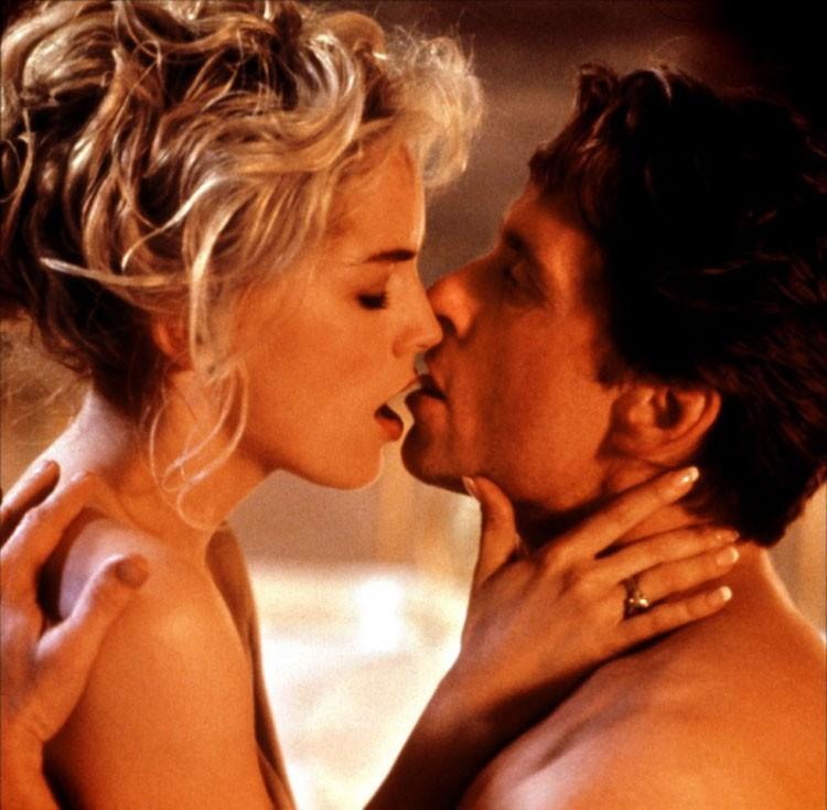 Escandalosas são as cenas entre Michael e Sharon em 'Instinto Selvagem'. (Foto: Reprodução)