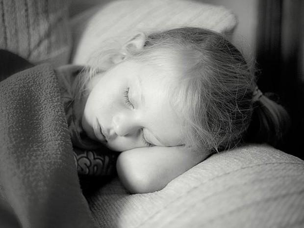 Pesquisa concluiu que crianças que não dormem o suficiente podem estar propensas a comer mais  (Foto: John Finn/Divulgação)