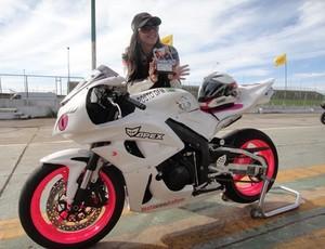 Vanessa Daya se apaixonou pela motovelocidade após participar de curso de pilotagem (Foto: Divulgação/Facebook)